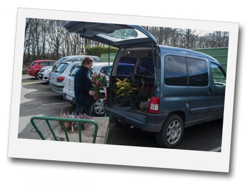 Vous commandez vos plantes en ligne, vous faites votre retrait en jardinerie, nous chargeons la commande dans votre véhicule