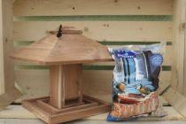 Ensemble d\'une mangeoire zen en red cedar et d\'un sachet de graine pour les oiseaux de la nature.
