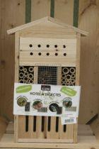 Hotel à insectes en bois pour accueillir les différents insectes auxiliaires du jardin.