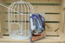 Ensemble mangeoire cage en métal et sachet de graines pour les oiseaux.